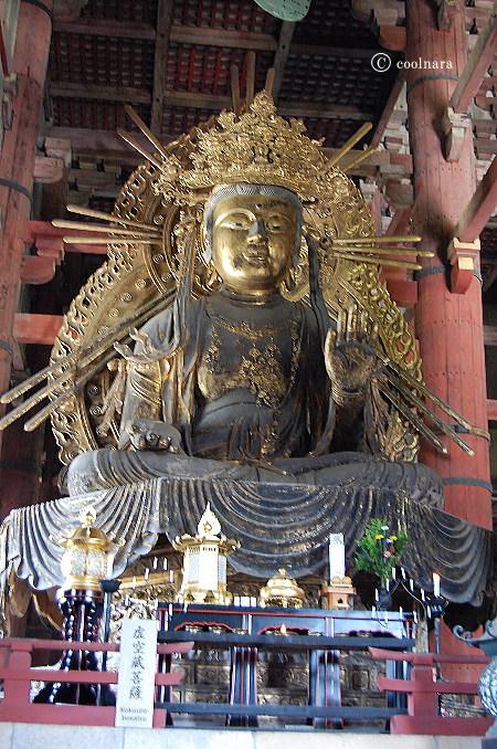 東大寺大仏殿の大仏さまの脇侍 虚空蔵菩薩坐像(向かって大仏さまの左)